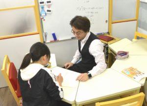 対面形式で教える集団個別指導です。