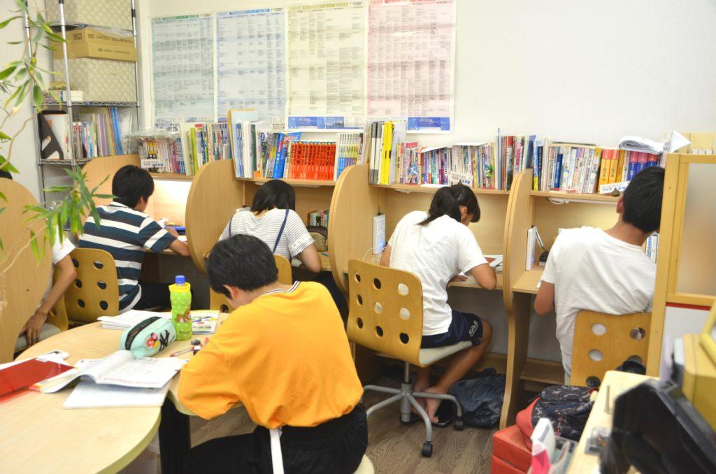 集中して自習する中学生